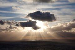 Fasci di Sun sopra il mare irlandese Fotografie Stock Libere da Diritti