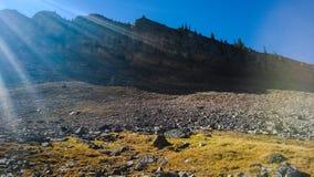 Fasci di Sun sopra l'anfiteatro in montagne della cascata fotografie stock libere da diritti