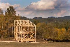 Fasci di tetto Sera autunnale soleggiata al cantiere di una casa di legno Casa non finita Immagini Stock