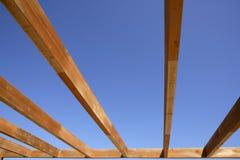 Fasci dorati di legno della tenda del cielo blu immagini stock