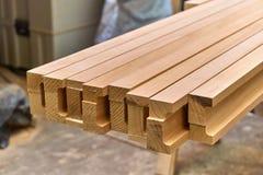 Fasci incollati di legno Dettaglia la produzione del legno Fotografie Stock Libere da Diritti