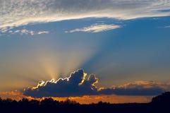 Fasci solari dietro la nube Fotografia Stock