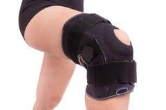 Fasciatura ortopedica sul suo ginocchio Fotografie Stock Libere da Diritti