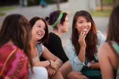 Fascinated азиатское предназначенное для подростков с друзьями стоковое фото rf