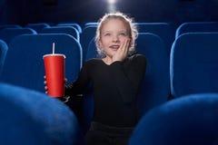 Fascinated девушка смотря фильм в театре стоковое изображение rf