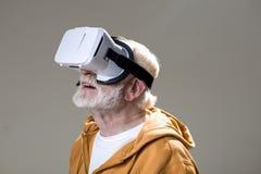 Fascinated старик с oculus стоковое фото rf
