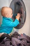 Fascinated стиральной машиной стоковое фото rf
