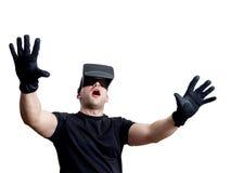 Fascinated человек используя стекла виртуальной реальности изолированные над белизной стоковое фото