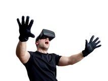 Fascinated человек используя стекла виртуальной реальности изолированные над белизной стоковое изображение rf