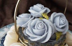 fascine o bolo tailandês tradicional dos doces da sobremesa na cesta do prato cerâmico e do bronze Foto de Stock Royalty Free