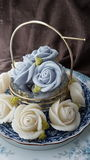fascine o bolo tailandês tradicional dos doces da sobremesa na cesta do prato cerâmico e do bronze Imagens de Stock Royalty Free
