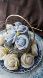 fascine o bolo tailandês tradicional dos doces da sobremesa na cesta do prato cerâmico e do bronze Fotos de Stock Royalty Free