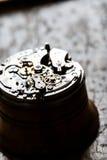 Fascinerande antik klockamekanism på reparationstabellen royaltyfri bild