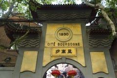 Fascinerande gator och handlar av Shanghai, Kina: en av gränderna av det franska medgivandet arkivbilder