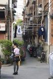 Fascinerande gator och handlar av Shanghai, Kina: en av gränderna av det franska medgivandet royaltyfria foton