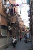 Fascinerande gator och handlar av Shanghai, Kina: en av gränderna av det franska medgivandet royaltyfria bilder