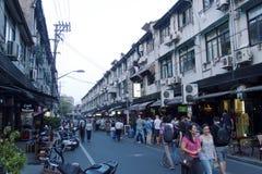 Fascinerande gator och handlar av Shanghai, Kina: Yongkang lu det perfekta stället som släcker törstad royaltyfri fotografi