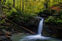 Fascinerande vattenfall i bergen Royaltyfri Fotografi