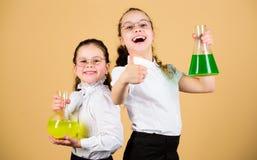 Fascinerend experiment De Dag van de kennis Schoolmeisjesvrienden met chemische vloeistoffen Kinderjaren en opvoeding Kennis stock afbeeldingen