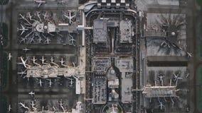 Fascinerende hoogste luchthommelmening over de reusachtige moderne post van het luchthavenvliegtuig in industriële buurt stock video