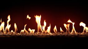 Fascinerende mooie atmosfeer die dicht omhoog bij houtskool branden tevredenstellen langzaam met oranje brandvlam in comfortabele stock videobeelden