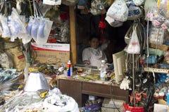 Fascinerende straten en handel van Shanghai, China: het verkopende keukengerei van de straatwinkel royalty-vrije stock afbeeldingen