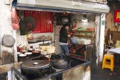 Fascinerende straten en handel van Shanghai, China: typisch straatrestaurant met zijn eigen kleuren en aroma's Royalty-vrije Stock Foto's