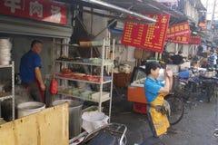 Fascinerende straten en handel van Shanghai, China: typisch straatrestaurant met zijn eigen kleuren en aroma's Royalty-vrije Stock Afbeeldingen