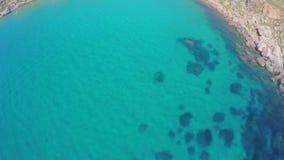 Fascinerende zeebedding, onderwaterrlagoon Mening van de lucht, overzees Schilderachtig overzees landschap Zeekust Malta Turkoois stock footage