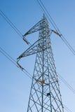 Fascio dei piloni di Elettric in un cielo fotografia stock libera da diritti