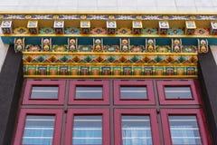 Fascio della finestra a Vihara del monastero buddista di Namdroling, Coorg dentro Immagine Stock