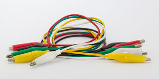 Fascio di cavi con la pinza a coccodrillo isolata su fondo bianco Fotografia Stock Libera da Diritti
