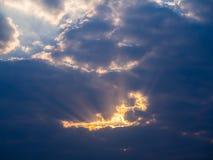 Fascio di Sun attraverso Grey Cloud Immagini Stock
