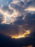 Fascio di Sun attraverso Grey Cloud Fotografie Stock