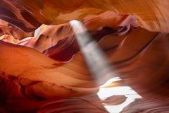 Fascio di Sun in canyon della scanalatura Immagini Stock