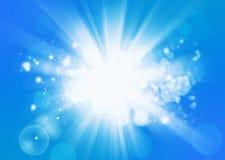 Fascio pieno di sole su priorità bassa blu Immagini Stock Libere da Diritti