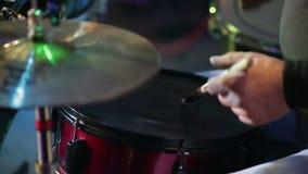 Fase ambientale su un concerto Uomo che gioca i tamburi stock footage