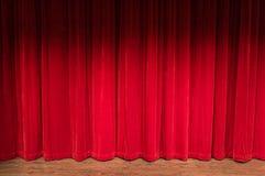 Fase com as cortinas vermelhas fechados Imagens de Stock Royalty Free