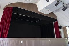 Fase com cortinas e luzes vermelhas do ponto fotos de stock royalty free