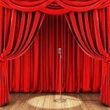 Fase con la tenda rossa, il retro microfono ed il pavimento di legno Immagine Stock