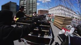 Fase da rua da construção dos trabalhadores para o evento do verão Escadas moventes da construção a encenar vídeos de arquivo