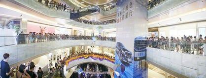 Fase del mercato di vendita del centro commerciale in pieno con molta gente Fotografie Stock Libere da Diritti