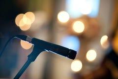 Fase del microfono con l'indicatore luminoso di concerto Immagine Stock