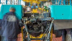 Fase dell'assemblea del trasportatore il corpo del trattore al timelapse della fabbrica stock footage
