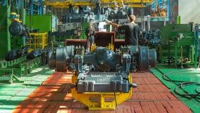 Fase dell'assemblea del trasportatore il corpo del trattore al timelapse della fabbrica video d archivio