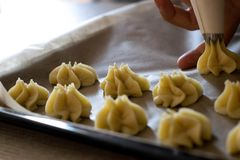 Fase della preparazione di dessert italiani fotografie stock libere da diritti