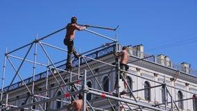 Fase della via di configurazione dei lavoratori per l'evento di estate costruzione Ostacoli del ferro sunny archivi video