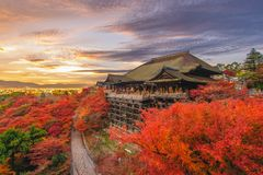 Fase di Kiyomizu-dera a Kyoto, Giappone in autunno immagini stock libere da diritti
