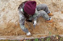Fase di lavoro archeologico - l'allineamento della parete dello scavo Fotografie Stock Libere da Diritti