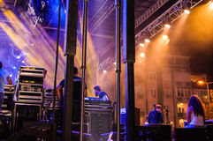 Fase do concerto com projetores coloridos fotos de stock royalty free